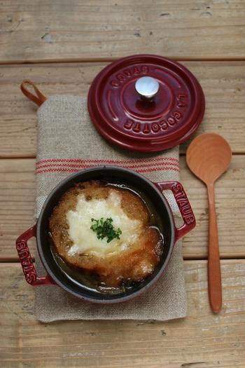 玉ねぎのスープといえば、オニオングラタンスープ!玉ねぎは最初にレンジ加熱し時間短縮することで、あめ色玉ねぎを簡単に作れます。 玉ねぎの甘味がたっぷりのとろけるおいしさ♪
