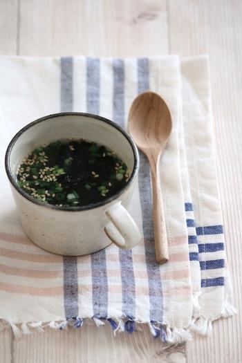 焼き海苔や青ねぎなどの材料を入れてお湯を注ぐだけの、即席焼き海苔カップスープ。マグカップひとつであっという間にできちゃうので、洗い物も少なくてお手軽!