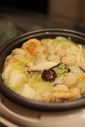 肉団子に鶏肉とがっつり食べたい人にオススメのうどんレシピ。事前の下準備で肉を味噌で煮込んでおくと、味噌の味が素材の奥までしみこんで食欲が止まらない鍋料理に!