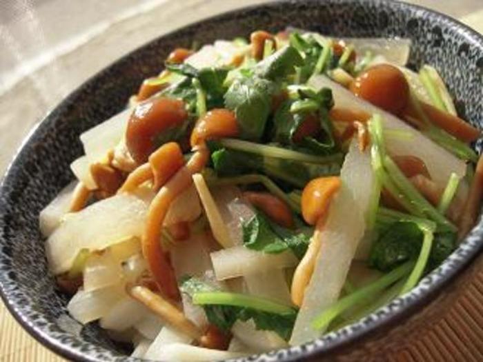 健康食にこだわっている人はこちらの野菜たっぷりのマクロビ味噌煮込みうどんがオススメ!歯ごたえある大根にチュルっとしたなめこの食感を楽しみながらヘルシーに食べられます。
