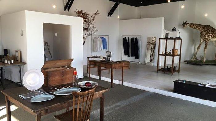 コンセプトは「衣食住」。アンティーク家具や生活雑貨、ジュエリーやウェアなど、生活を豊かに彩るアイテムでいっぱいです。