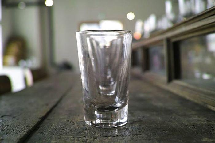 こちらはフランスのアンティークグラス。19世紀のものとは思えない、現代的で洗練されたフォルムですね。