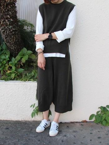 裾が、少し細くなったタイプのカーキ色のニットガウチョパンツには、ホワイトカラーのアイテムを合わせて、カジュアルスタイルながら洗練された着こなしになっています。