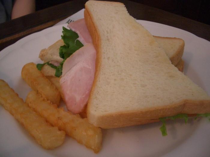 鎌倉ハムのサンドイッチ。シンプルなサンドですが、素材の味が引き立ちます。