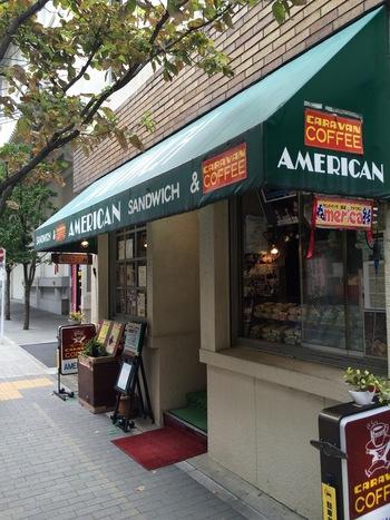 サンドイッチとコーヒーが売りのお店だと一目でわかるかわいらしい雰囲気の外観。