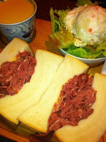 そしてサンドイッチはこのボリューム!!これなら朝食だけでなく、大満足のランチにもなりますね。画像はパストラミビーフサンド。