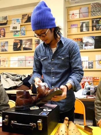 「aozora靴磨き教室」を主催する明石さんは、「靴育て研究家」でもあり「絵描き」でもあります。