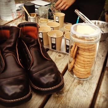 時には美味しいコーヒーやお菓子をいただけることも。心地よい日差しや風を感じながら、お気に入りの靴を磨き上げ、コーヒーでほっとひと息。なんて贅沢な時間なんでしょう!