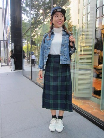 可愛いタータンチェック柄のキルトスカートに、デニムジャケットとキャップにスニーカーというミックス感のあるコーデが可愛らしいですね♪