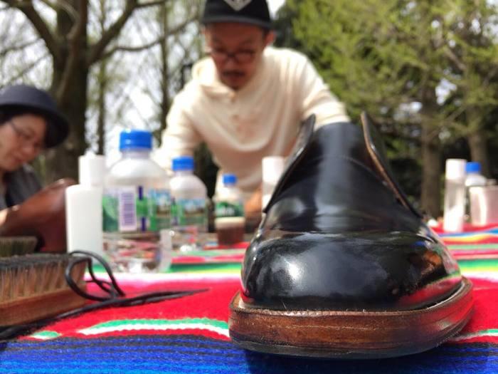 ピカピカに磨かれた靴は、それだけで気分もアップ! 早速この靴でどこかにおでかけしたくなりますよね。