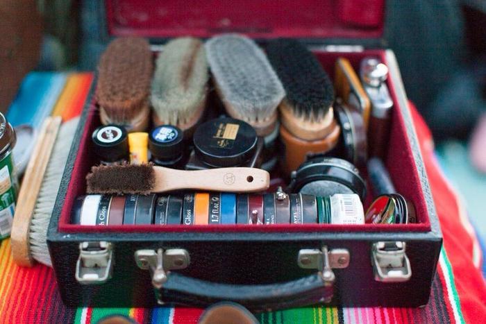 明石さんの靴磨きセットの中はまるで絵の具箱のようにカラフル! 靴磨きとアートって実は近い関係なのかもしれませんね。そんな明石さんの多岐にわたる靴磨き&アートな活躍をご紹介します。