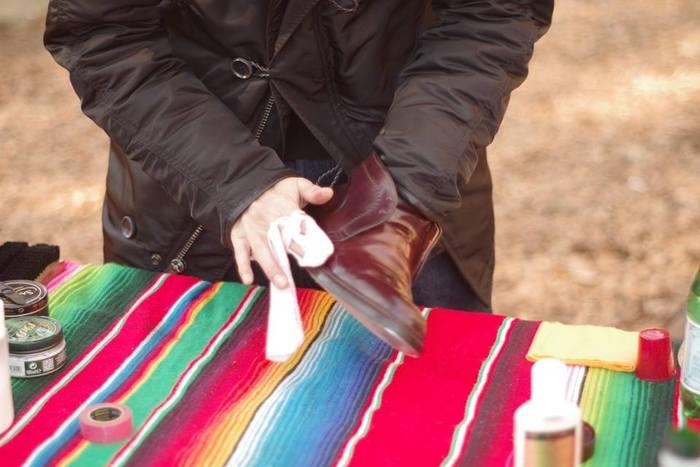 靴磨きの基本は汚れを落として、磨いていくこと。正しい手順を知っていればそれほど難しい作業はありません。