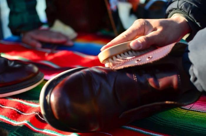 ですが、革靴自体はデリケート。その汚れにはこのブラシを、こんな時にはあのクリームを…と、靴の状態によって道具や磨き方などを変えていく必要があります。「aozora靴磨き教室」では、明石さんのプロフェッショナルな指導を受けながら靴を磨くことができるので、安心して靴のお手入れをすることができるのです。