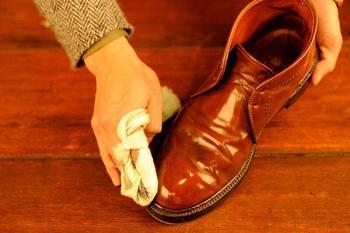 靴のメンテナンスは、一度きりでは済みません。定期的なお手入れをしないと靴の寿命は案外早くきてしまうもの。明石さんは、「20年履ける靴を育てる」べく、個人専属で定期的なシューケアを行っています。
