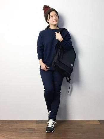カジュアルなオールネイビーコーデも好感度◎。バッグと靴だけ黒にして、アクセントに持ってきたニット帽がオシャレ。アウトドアに最適です。