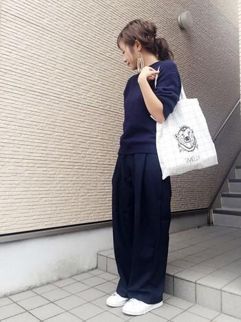 ピタめニットにゆるパンツのオールネイビーコーデはちょっぴりお姉さんっぽい仕上がり。スニーカーとバッグを白でまとめてスッキリ仕上げています。