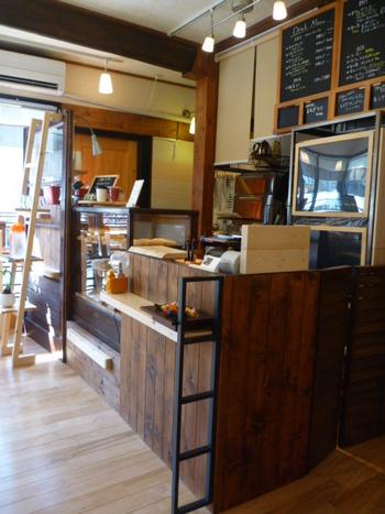 """こちらはオシャレなベーグルのお店。  """"cafe Lotta""""の丁度裏辺りにあるお店です。  ベーグルは運が良いと出会えるそう。 まあるくてふわふわもちもちなドーナッツが人気で、持ち帰りにしても味が落ちることはないので、お土産に持って帰りたいですね。"""