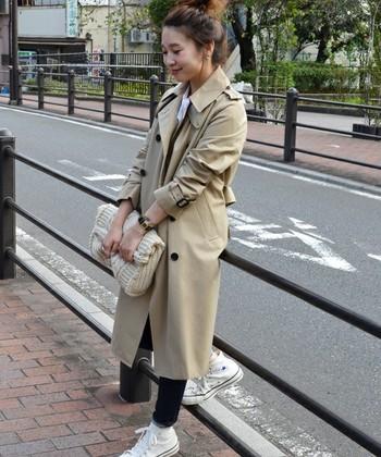 春にも着れるトレンチコートは秋でも活躍。ニット素材のクラッチバッグをもって秋冬ファッションを楽しもう♪