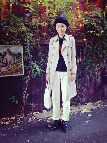 ベレー帽を合わせたナチュラルスタイルにトレンチコートを合わせて大人カジュアルに。セーターを着て、秋冬スタイルの完成です。