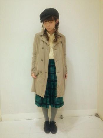 秋らしいチェックのスカートとシャツを合わせたレトロなスタイルも可愛いですね。