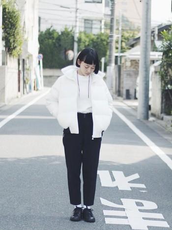漆黒のおかっぱヘアとショート丈のダウンジャケットがミニマムな雰囲気を醸し出す、独特なスタイルです。ボーイフレンドデニムのような幅に余裕があるパンツスタイルが全体のコーディネートの鍵です。