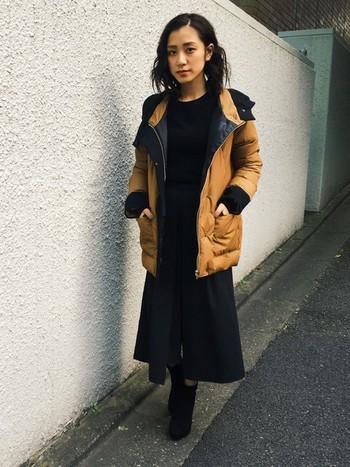 カジュアル感たっぷりの色使いのダウンジャケットですが、全身をブラックでまとめて、ヒールのあるシューズをあわせればしっくり落ち着いた印象に。髪色がブラックのところも効いています◎