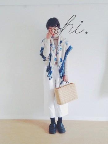 モロッコで作られた日本には無いデザインのかごバッグが、アンティーク風なストールとマッチしています。ニットタートルとホワイトのワイドパンツを合わせれば、日本に居ながら異国情緒漂う雰囲気を作りあげます。
