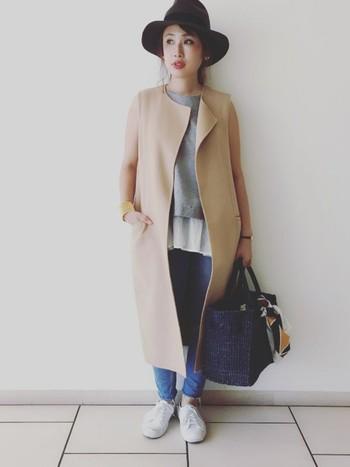 濃いネイビーのかごバッグが、コートのシャープな雰囲気をほどよくカジュアルダウンしてくれています。