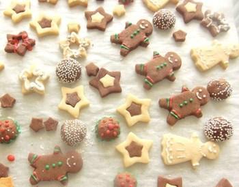 クリスマスにピッタリのジンジャークッキー。ココアパウダーを追加した生地と通常の生地を使っていろんなモチーフに!