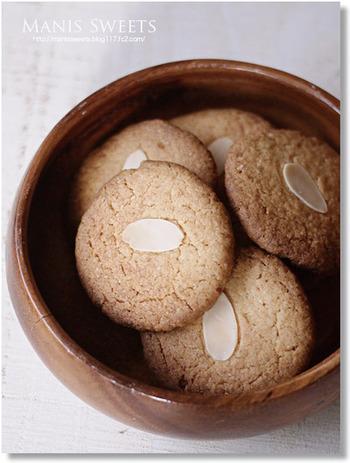 アーモンドジンジャークッキー 上に飾ったアーモンドがアクセントになったシンプルなクッキー