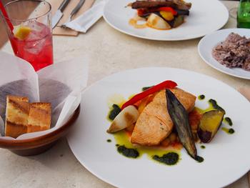 こちらはお魚のランチ。日によって魚の種類が替わり、目でも楽しめる美しい盛り付け。カジュアルフレンチを気軽に楽しめます。お肉のランチもありますよ。