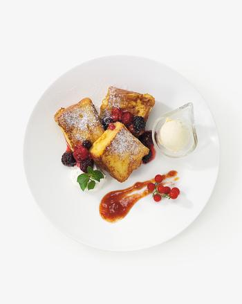 「5種のベリーソースとフルーツトマトのジャム バニラアイス添え」。デニッシュとソースのマリアージュを楽しめる、スウィーツのパンペルデュ。独創的なメニューの数々に心も躍ります。