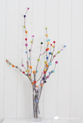 自然素材×フェルトボールの組み合わせ。カラフルフェルトボールを枝につけて、観葉植物の代わりにお部屋に飾ってみてはいかがでしょうか。 そのままでは少し色が寂しいように思える枝も、ポップで賑やかに。
