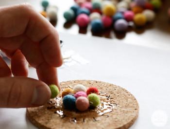 手芸でよく使うグルーガンや、接着剤を使うこともおすすめですよ。 接着すればもっと自由にフェルトボールを使うことができます♪ 他にも色々なフェルトボールたちをくっつける方法があるので、いろいろ試してみてくださいね。