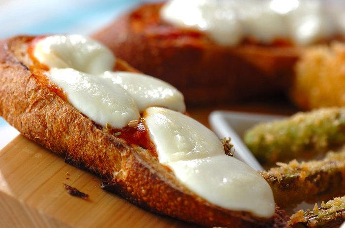 まずは「バゲットピザ」。フランスパンとモッツァレラチーズを切り、ピザ用ソースとオレガノを足して焼くだけで、ちょっと贅沢なピザ風トーストができちゃいます♪