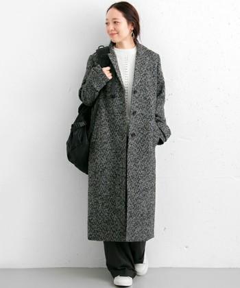 オーバーサイズのヘリンボーン柄のコートは、細身のパンツを定番に合わせそうになりますが、実はワイドパンツなどのゆるめのパンツとも好相性なんです!コートの裾から覗く足元も、ゆるっとしたシルエットとスニーカーを合わせれば、リラックスした冬のゆるコーデです。