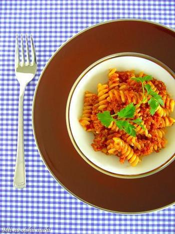挽肉と野菜類にトマト水煮を加えてじっくりと煮詰めたボロネーゼには、「フジッリ」がオススメ!ソースの具材がねじねじの中に程よく絡まって良い塩梅に♪コトコト煮詰めるソースは失敗しにくいのも嬉しいですね。