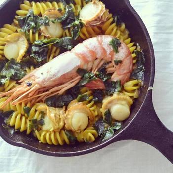 ご飯を炊くところからとなると難しく感じるパエリアも、ショートパスタなら時間も少し短縮されて、気軽に挑戦できそうですね!海老と帆立の出汁をたっぷり吸ったパスタ、みんなで食べたい一品です。