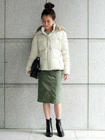 お団子ヘアがポイントの着こなしは、寒空に映える白のダウンが軽やかにコーデを彩ってくれます。