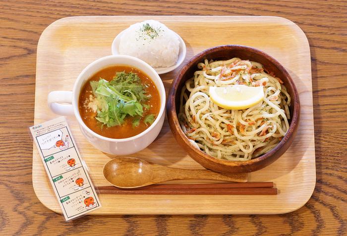 名古屋コーチンのがらスープを使用した『つけナポリタン』が名物。