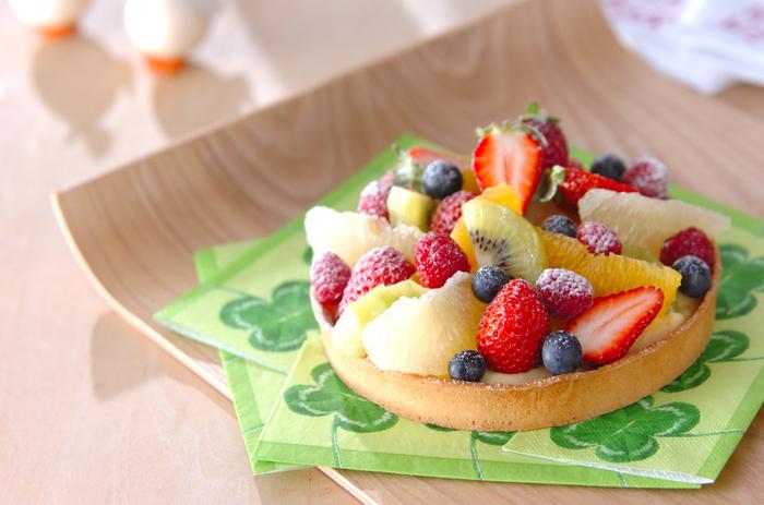 フルーツタルトってどうしてこんなにも魅力的なんでしょう。登場するだけでその場を一気に華やかにしてくれるうえに、旬のフルーツを盛れば季節感まで食卓に演出できるので、ぜひマスターしておきたいですね。