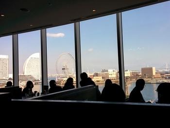 店内からはこの眺め!テーブル席からみなとみらいの景色を眺めながら食事をいただけるという、とっておきの贅沢。映画館のブルク13の目の前にあるお店なので、映画を見終わったあとのランチにも最適♪