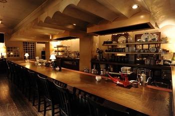 純喫茶のような落ち着いた空間が広がる、大人のカフェタイムぴったりのカフェ。カウンターもあるので、ひとりでも気軽に立ち寄れます。