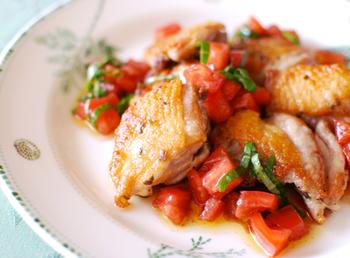 「鶏のオレガノ風味」は、一口食べると皮はパリッ、身はふっくらジューシー!鶏肉の旨みが口いっぱいに広がります。両面をこんがり焼いてオレガノをまぶすだけで、ワンランク上のお料理に。