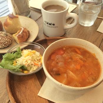 11時からがランチタイムメニュー。「ランチスープセット」にはパン食べ放題がついてきます♫食べ放題のパンは、基本5種類で、女性でもいろんな種類が食べられるように小さめサイズ。この日の本日のスープは具沢山のミネストローネで、からだもぽかぽか、パンとの相性も抜群です☆