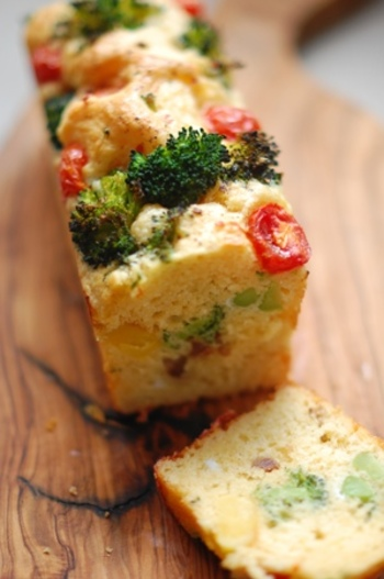 粉チーズが入ってふわりとしたケークサレ。赤や緑といった色合いも鮮やかですね。こんがりと香ばしく、ワインにぴったりです。