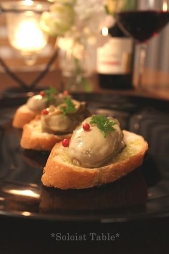 ふっくらとした大きな牡蠣をコンフィに。プリップリでたまらない美味しさです。バゲットと一緒にワインのおつまみにも最適。オイルをたっぷり使ってパスタにするのもいいですね。
