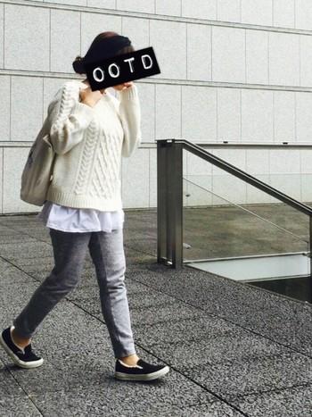 白ニット×グレーのスウェットパンツは鉄板のかわいさ☆ニットの下にシャツをあわせるのも今年流です♪