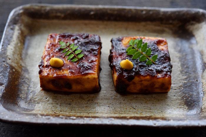 焼き色をつけた豆腐に甘いみそだれがたまらない一品。フライパンひとつで出来る、とっても簡単なレシピです。