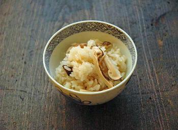 昆布だしと薄口醤油で松茸の味と香りを生かした松茸ご飯。